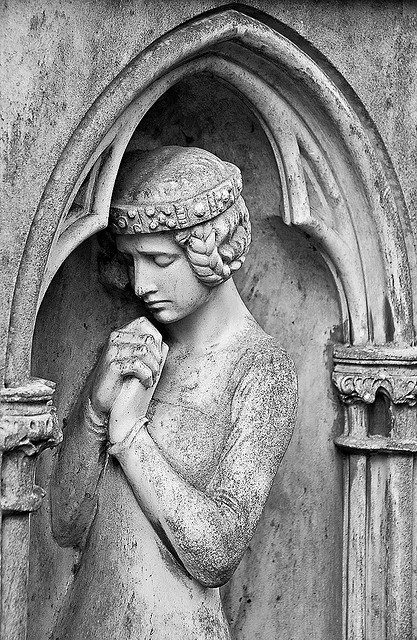 praying medieval woman